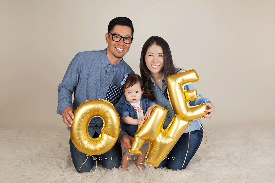Family portraits during first birthday portrait session, 1st birthday portrait session, family holding one balloons, ONE prop, gold ONE balloons